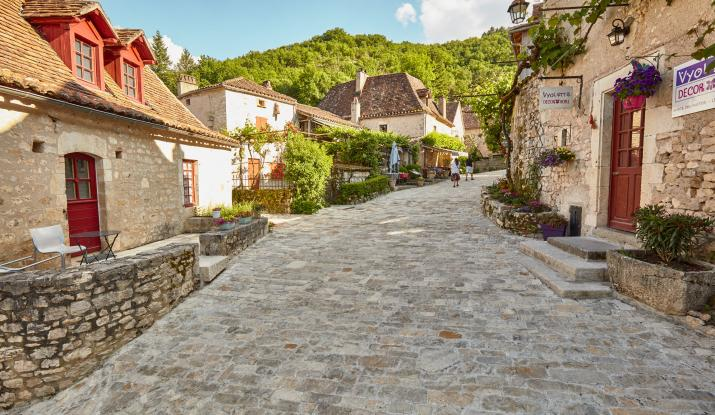 Saint-Cirq-Lapopie: paving the streets